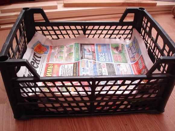 Ящик со слоем газет для приготовления глины