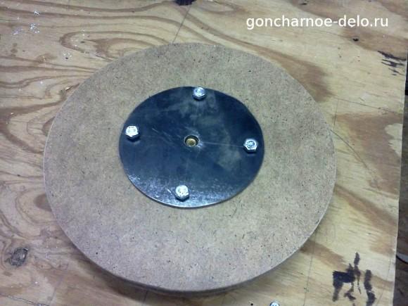 Прикрепляем к шкиву гончарного круга металлическую пластину к