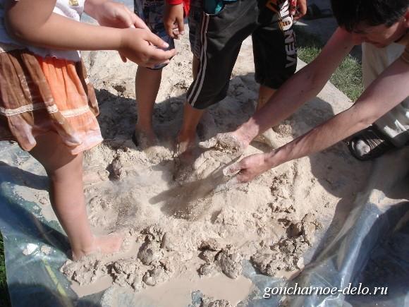 Размешиваем глину ногами