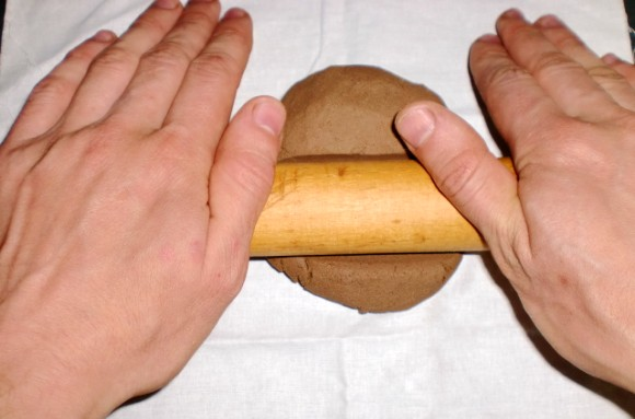 Раскатываем глину скалкой